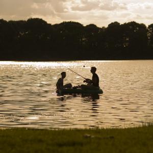 zwei Angler auf dem See